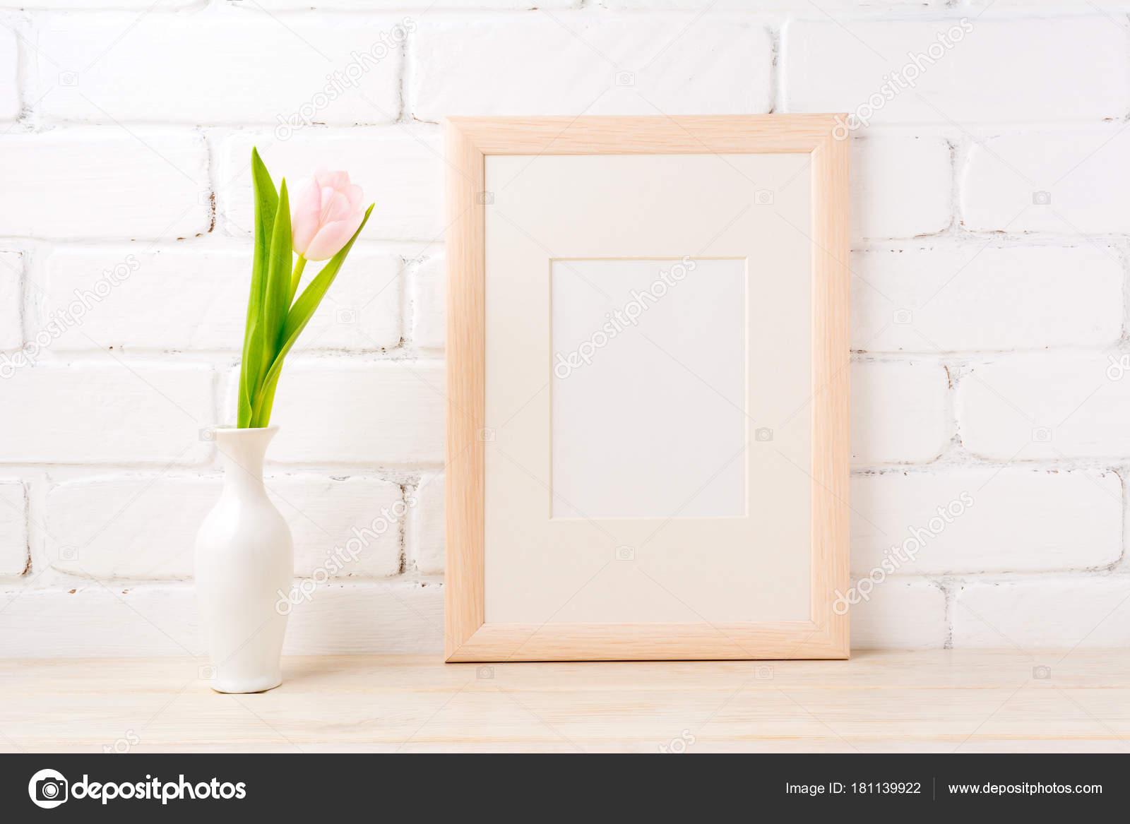 Maqueta de marco de madera con tulipán rosado pálido en florero ...