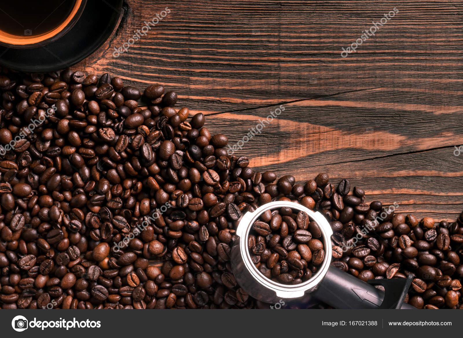 Marco Copa y granos de café en mesa de madera — Fotos de Stock ...