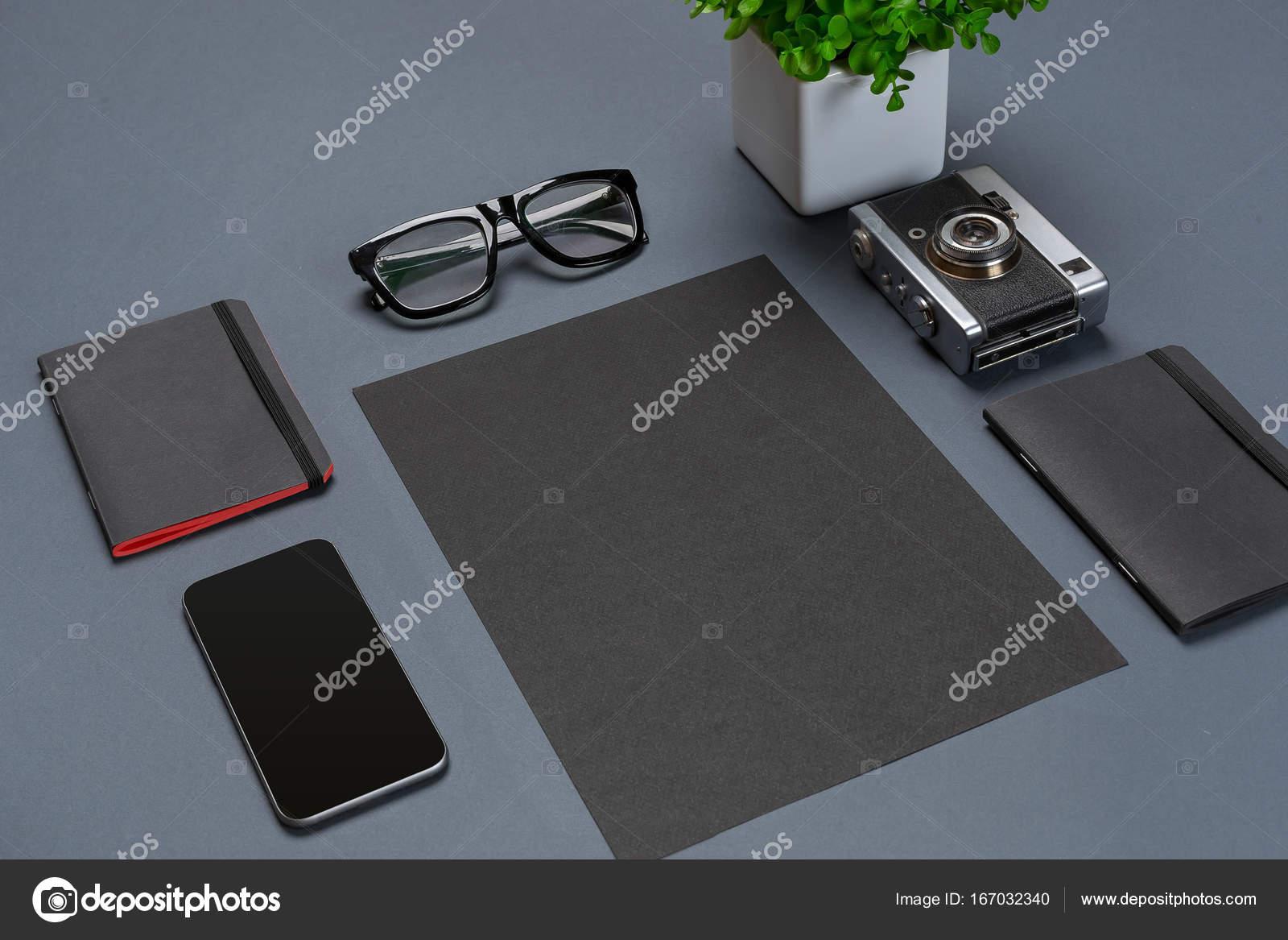 Un ensemble d accessoires de bureau noir lunettes fleur verte et