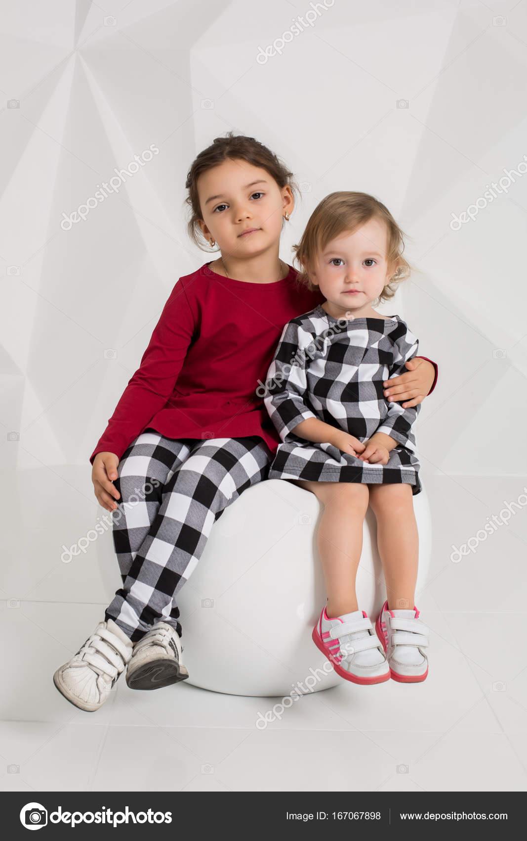 kinder zwei schwestern 15 und 5 jahre alt in kostümen in
