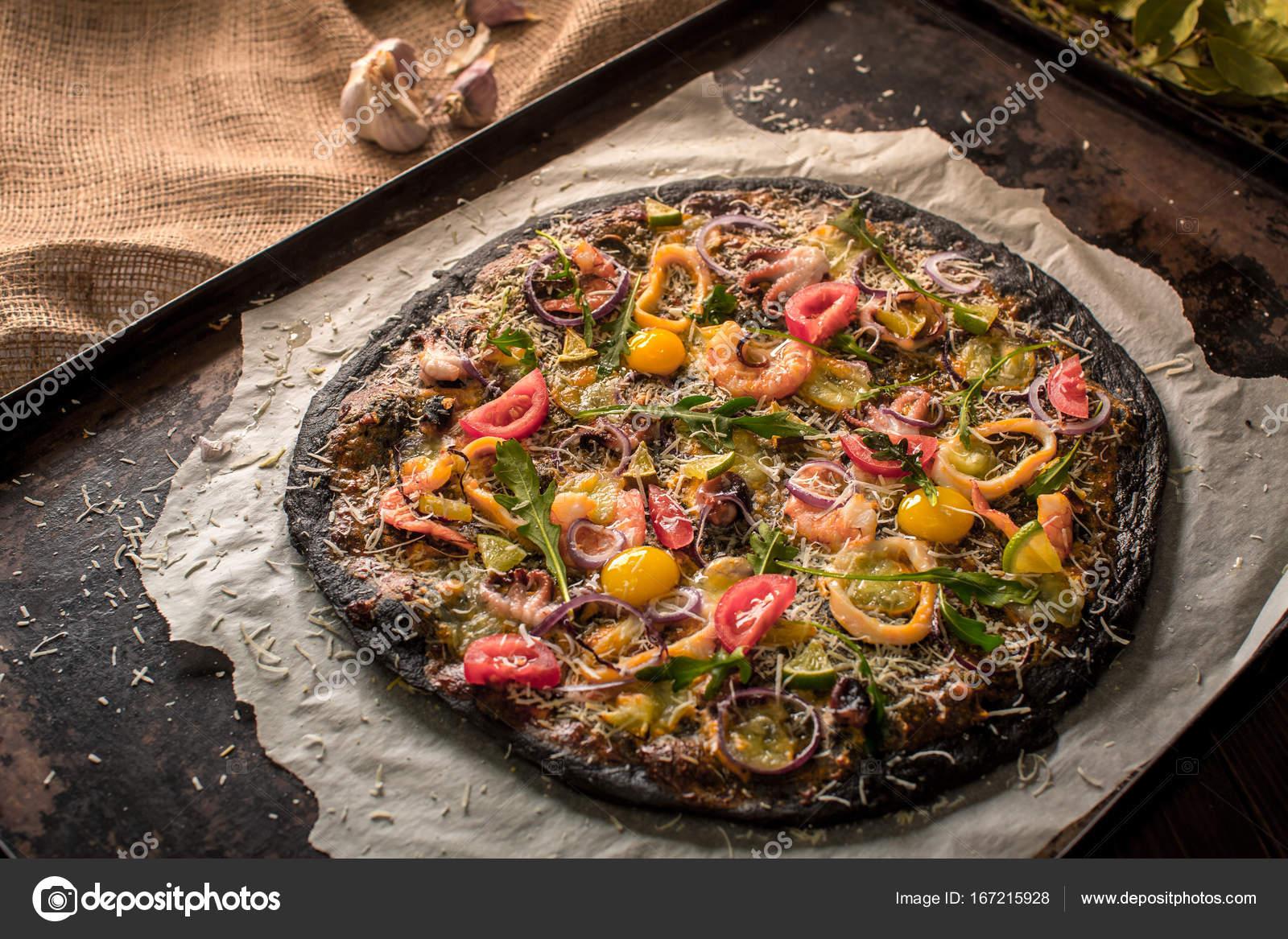тесто для пиццы с чернилами каракатицы