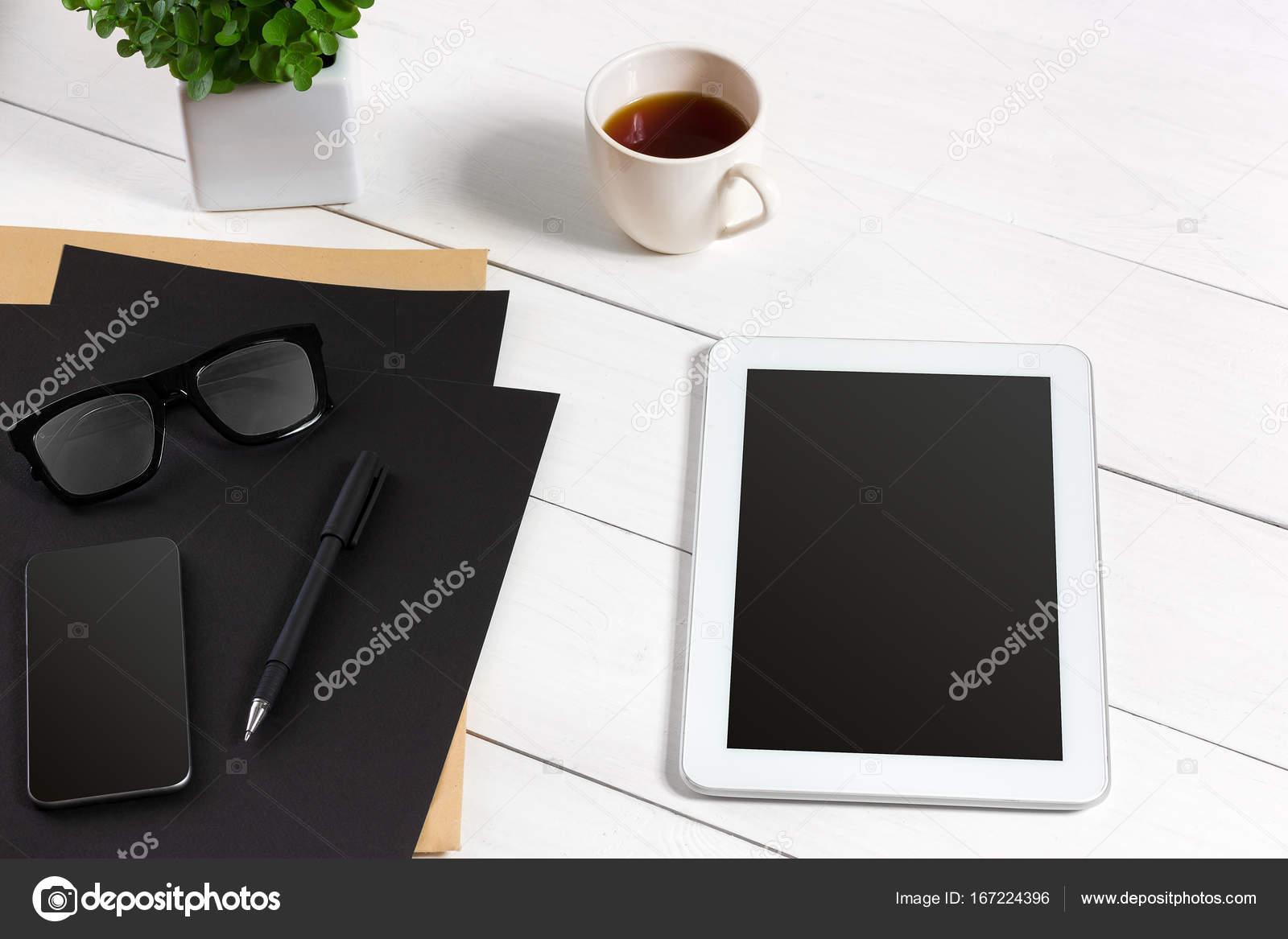 Tablette feuille blanche verres et tasse de café sur la table en