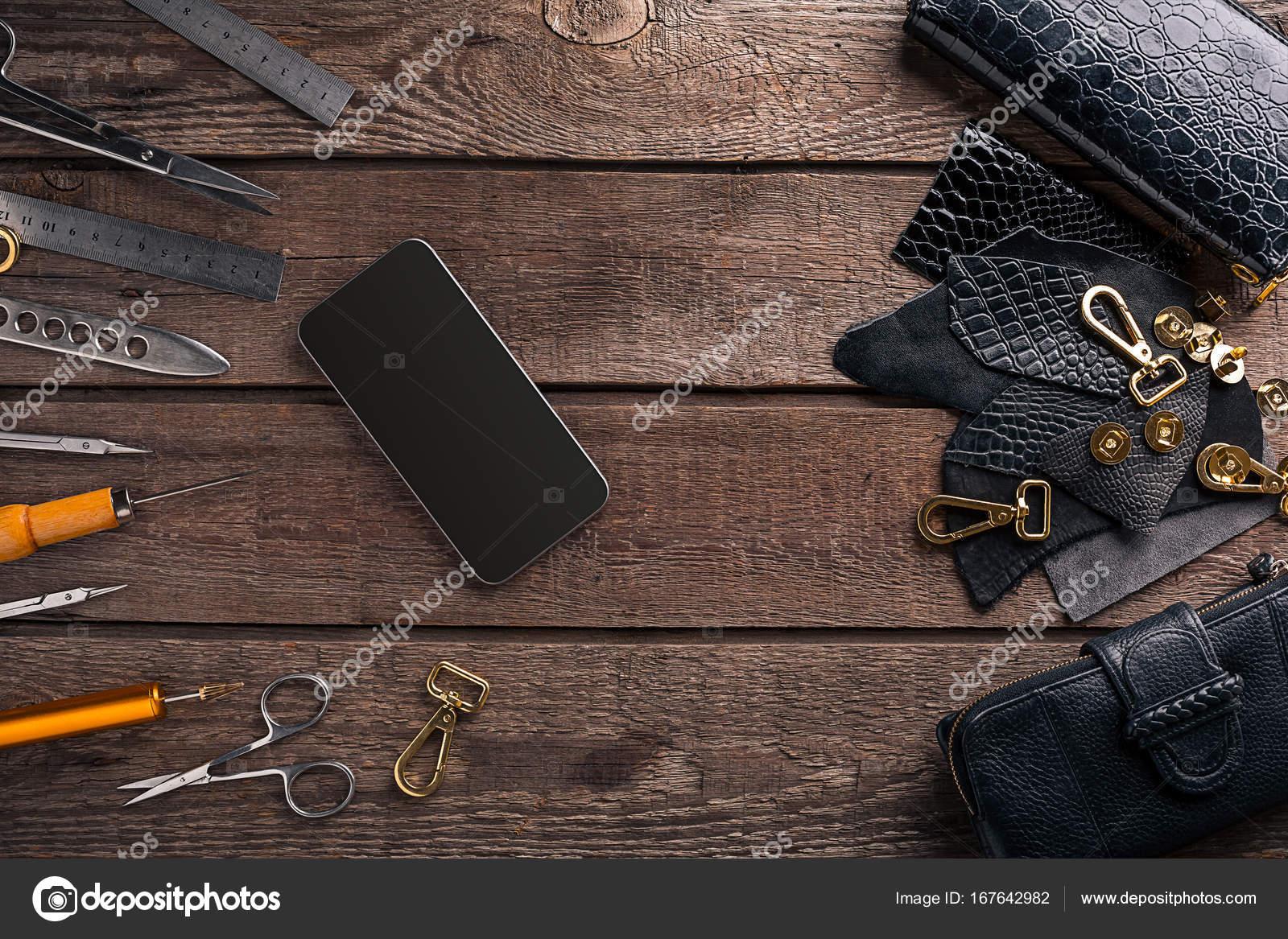 105bf4b3d4 Leather artigianale o lavorazione cuoio. Utensili per la lavorazione di cuoio  e tagliare fuori pezzi di pelle sulla scrivania. Natura morta.