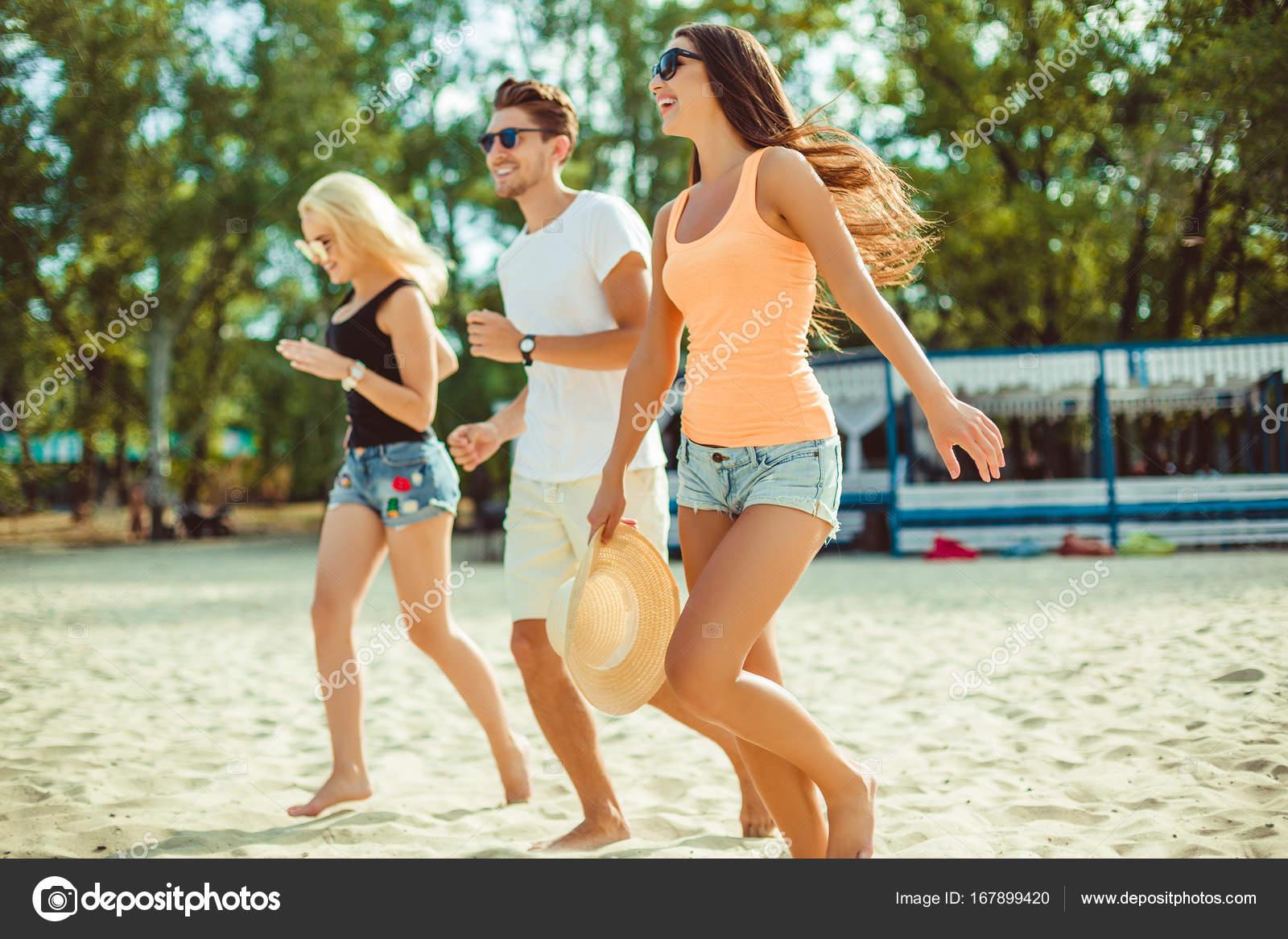 Молодые парни на пляже фото