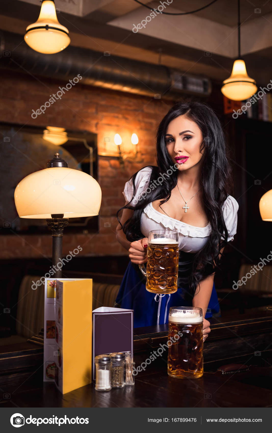 Паб с сексуальными официантками
