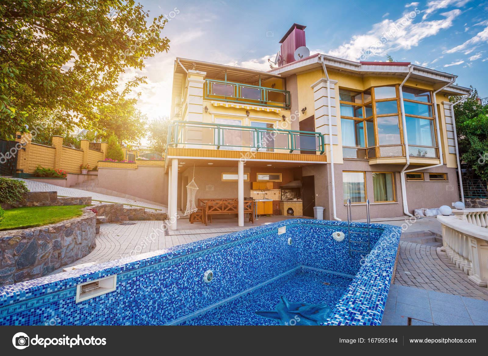 Grande casa di campagna con piscina foto stock 167955144 - Casa con piscina ...