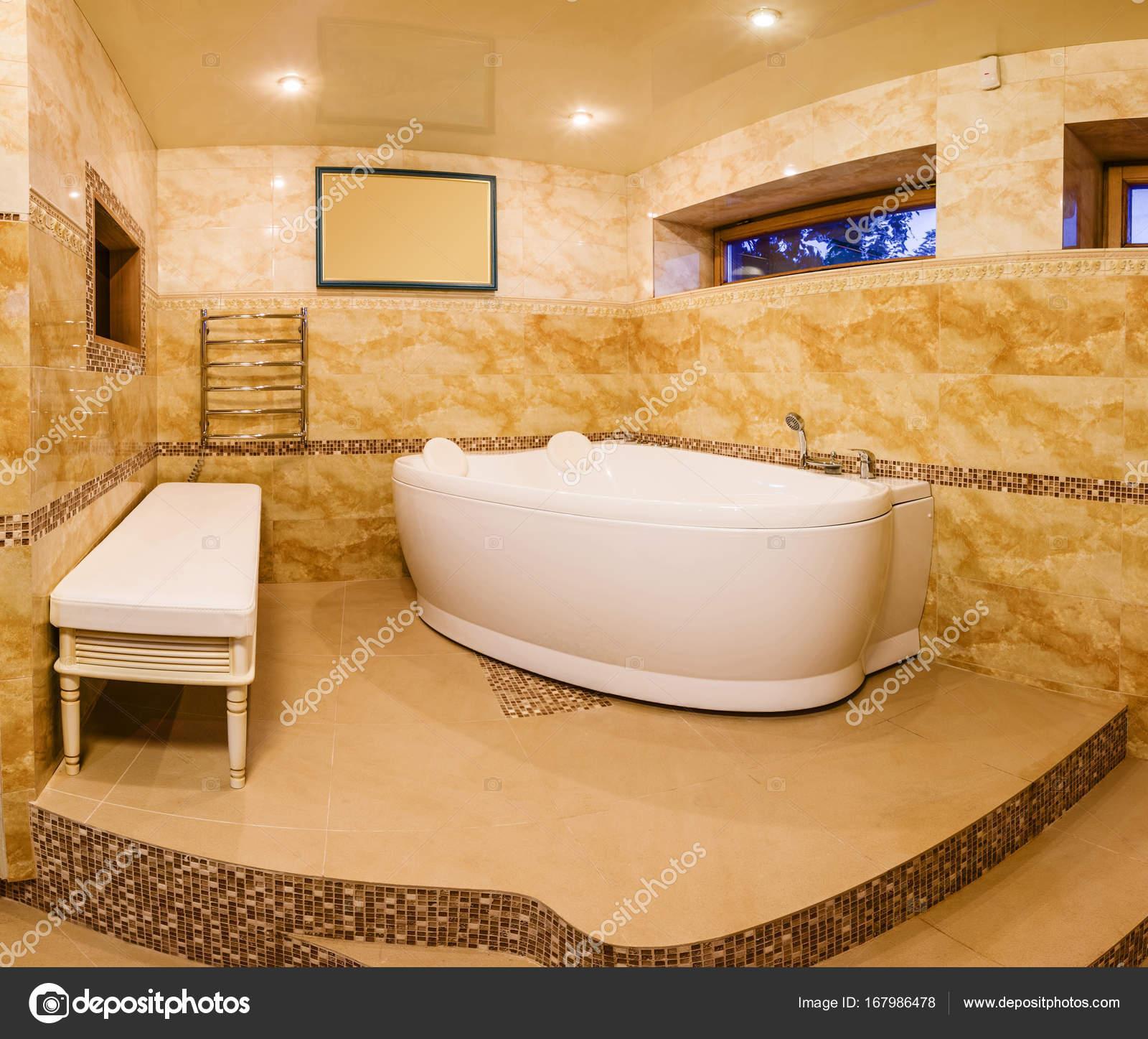 innen modernes Haus, Bad mit Marmorfliesen und Whirlpool — Stockfoto ...