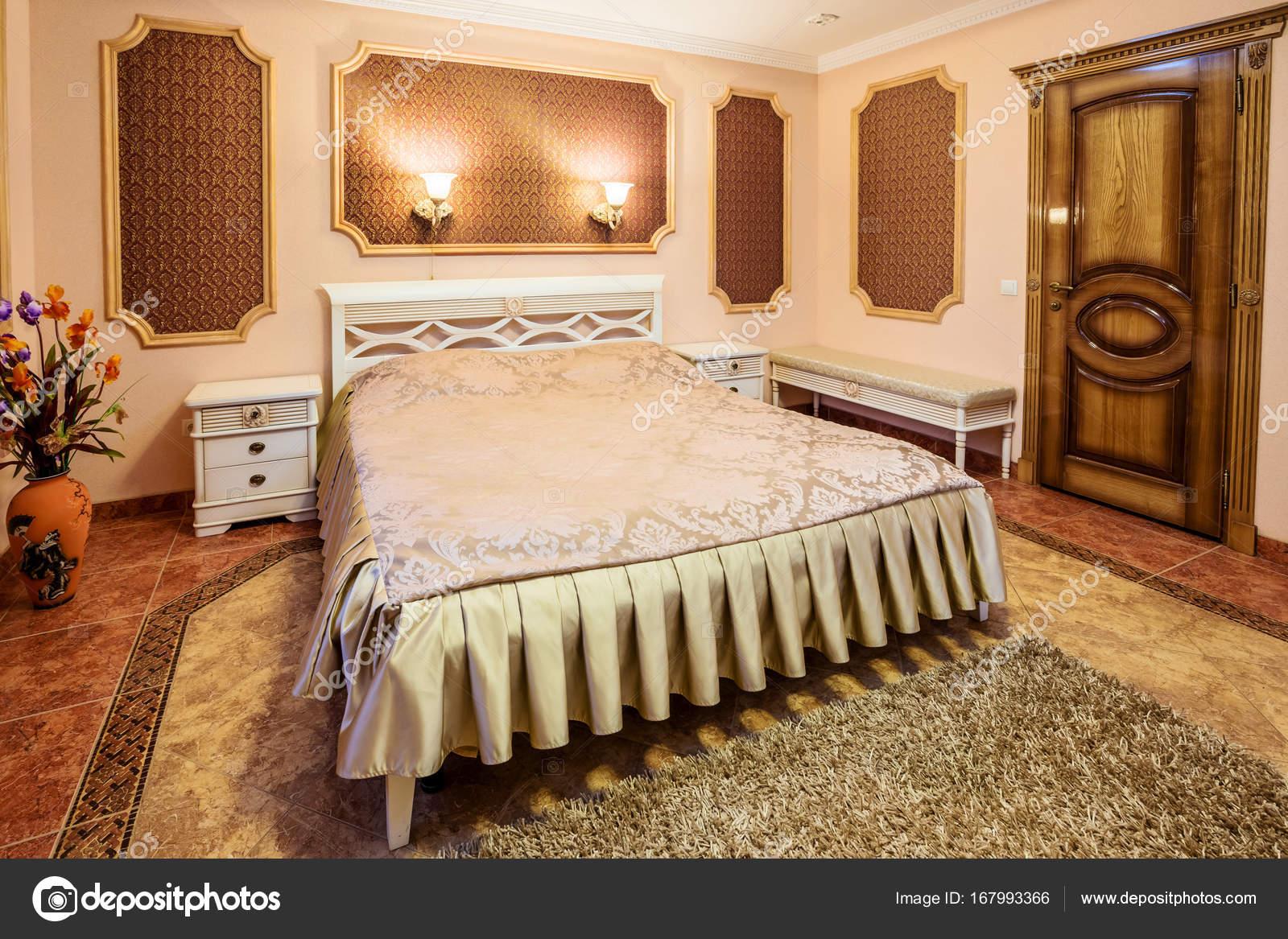 Decoratie en meubels in moderne slaapkamer u stockfoto nazarov