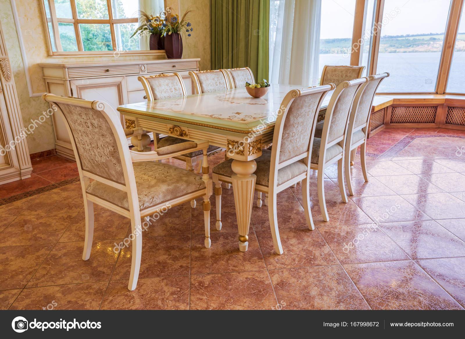 Moderne villa interieur prachtige eetkamer u stockfoto nazarov