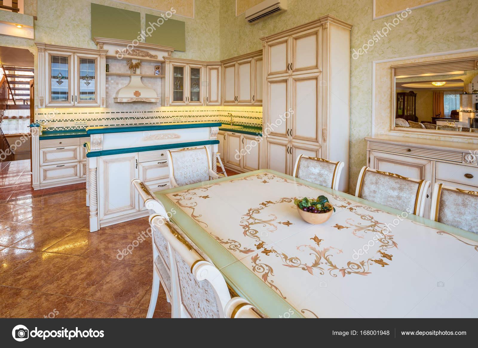 Interior Design einer modernen Luxus-Küche mit der Theke und ein ...
