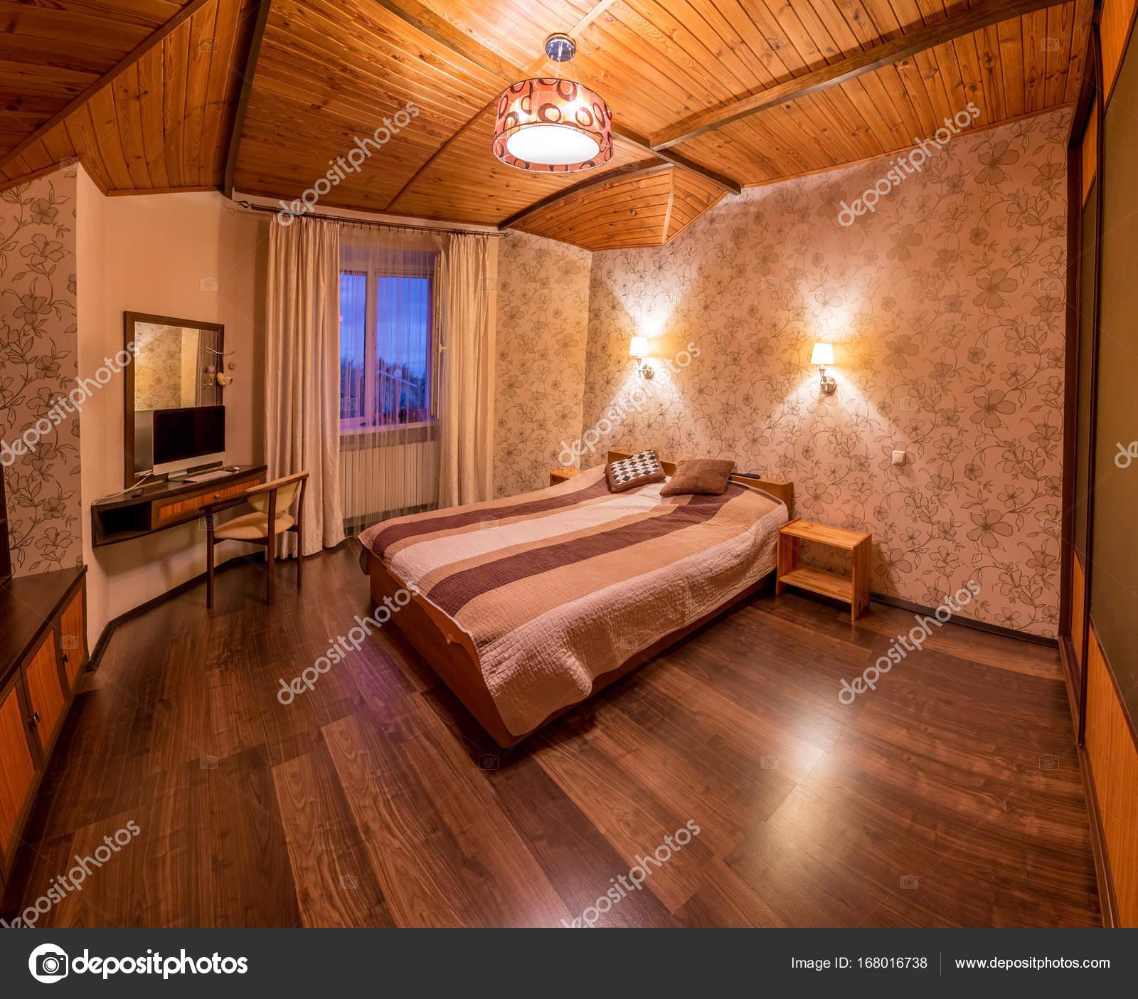 Camera da letto beige con pavimento in legno — Foto Stock © nazarov ...