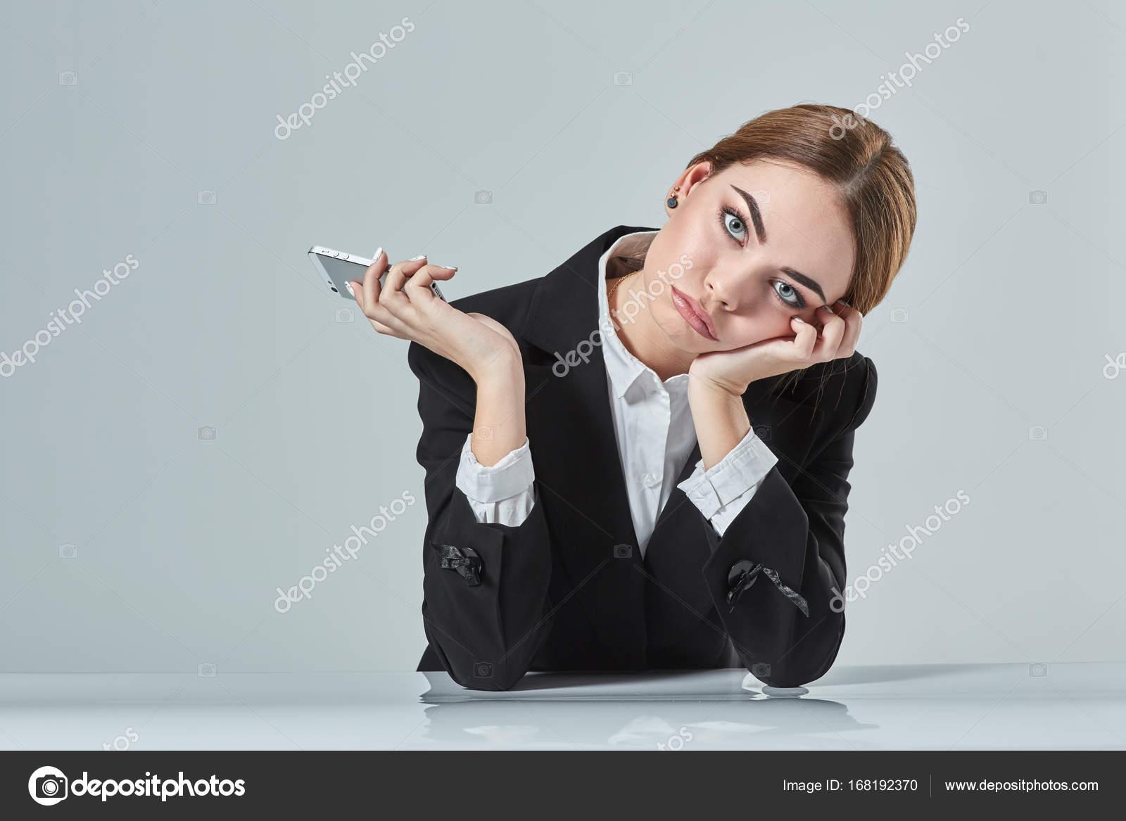 Jolie femme brune vêtue d un costume noir est assis à table dans
