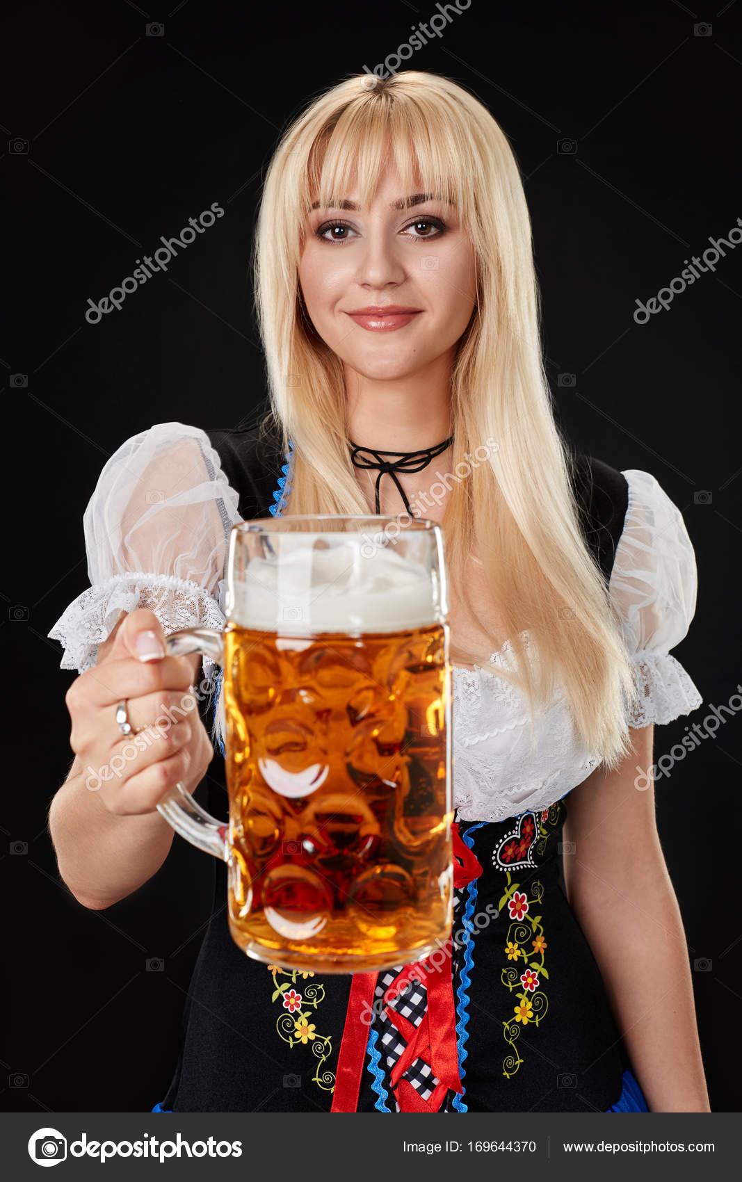 Сексуальная девушка с кружкой пива