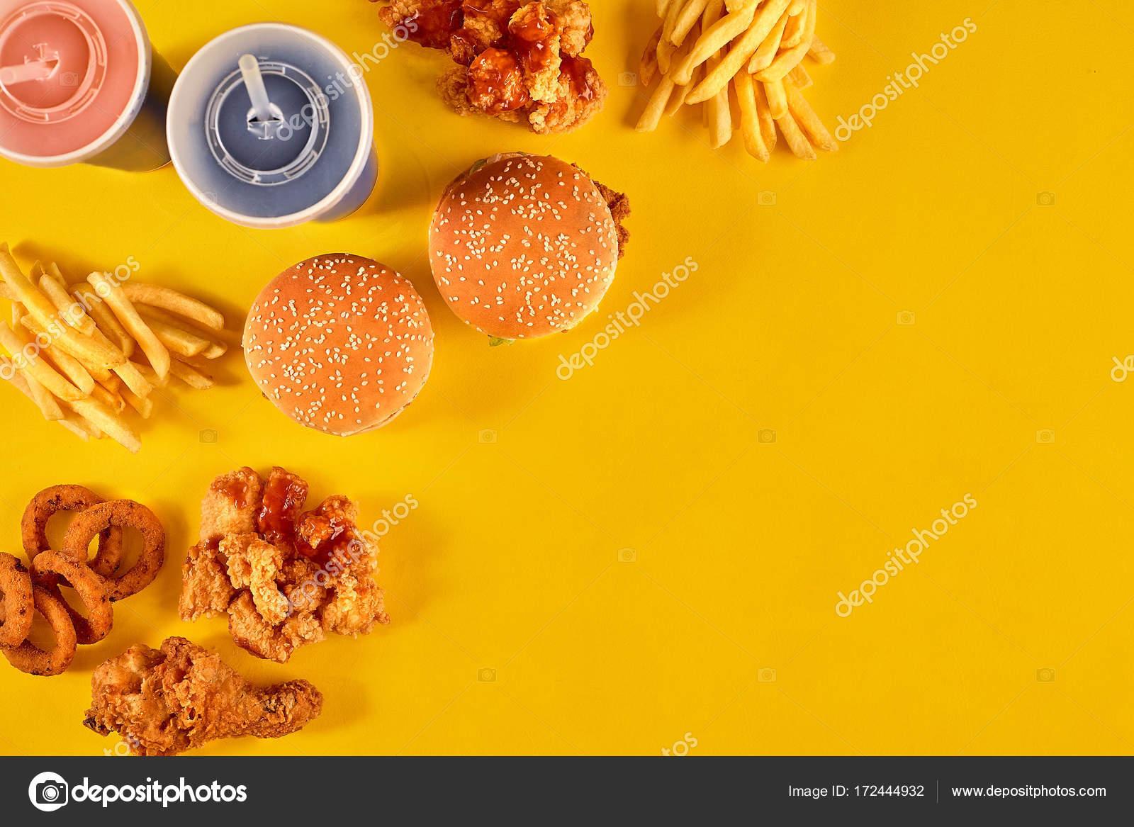 Prato De Fast-food Em Fundo Amarelo. Fast-food Conjunto