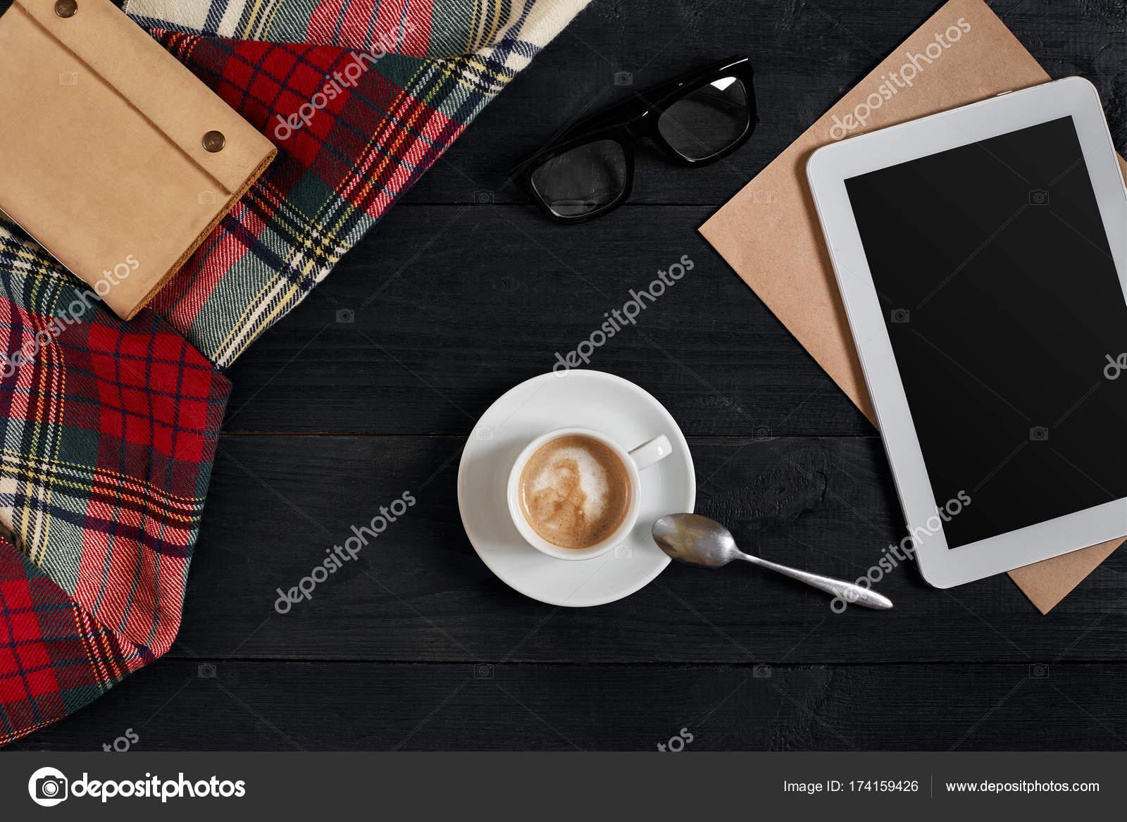 Tablette vide une tasse de café ordinateur portable sur le