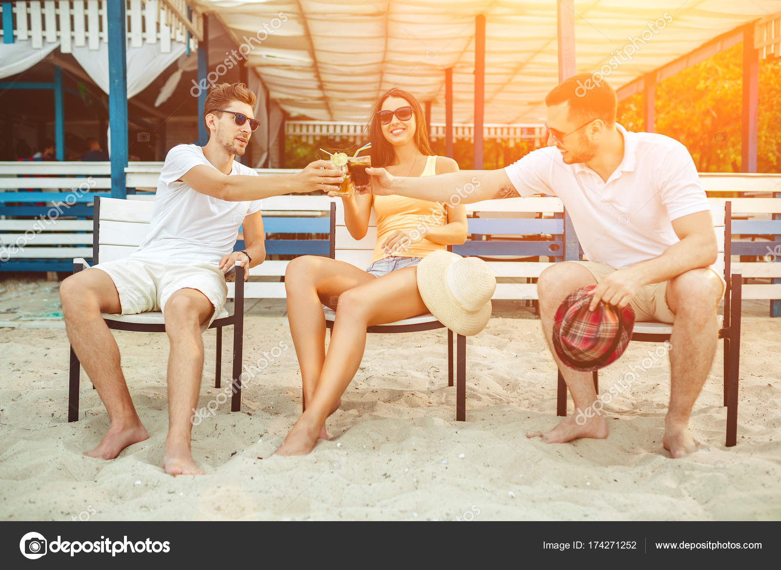 Пляж молодежь загорает фото