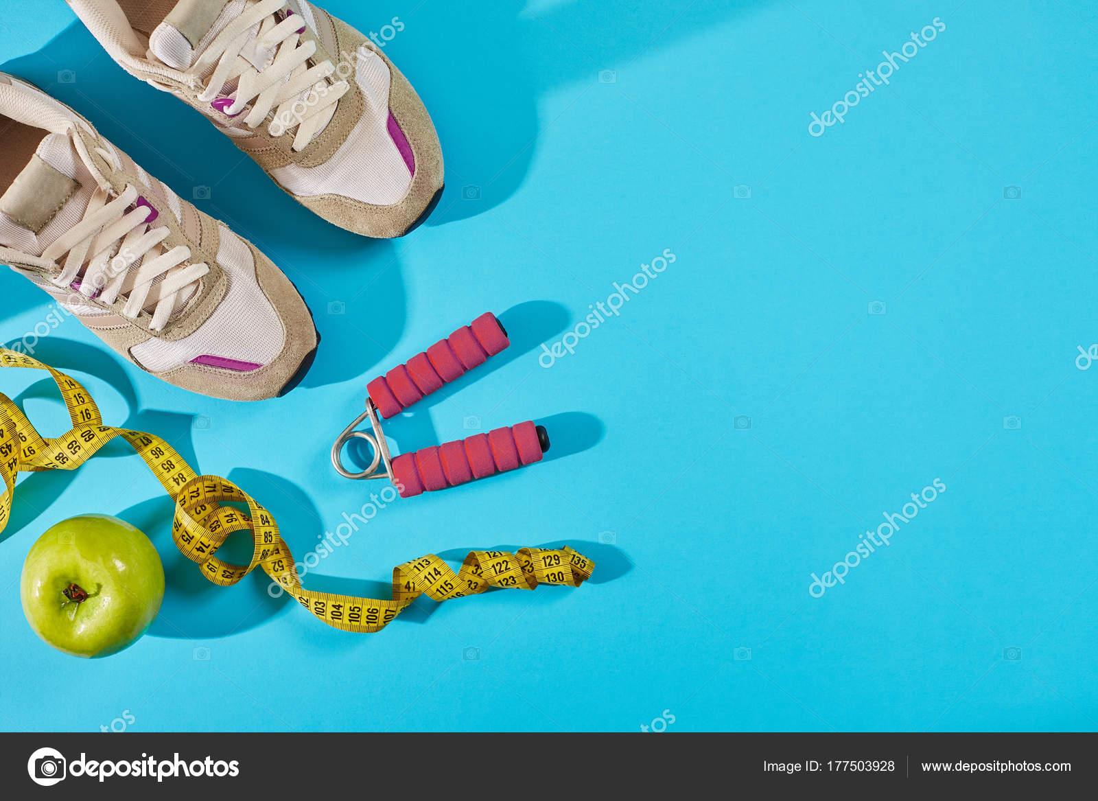1106dda4a2c Πάνινα παπούτσια με μεζούρα σε κυανό μπλε φόντο. Εκατοστό σε κίτρινο χρώμα  κοντά στο λευκό