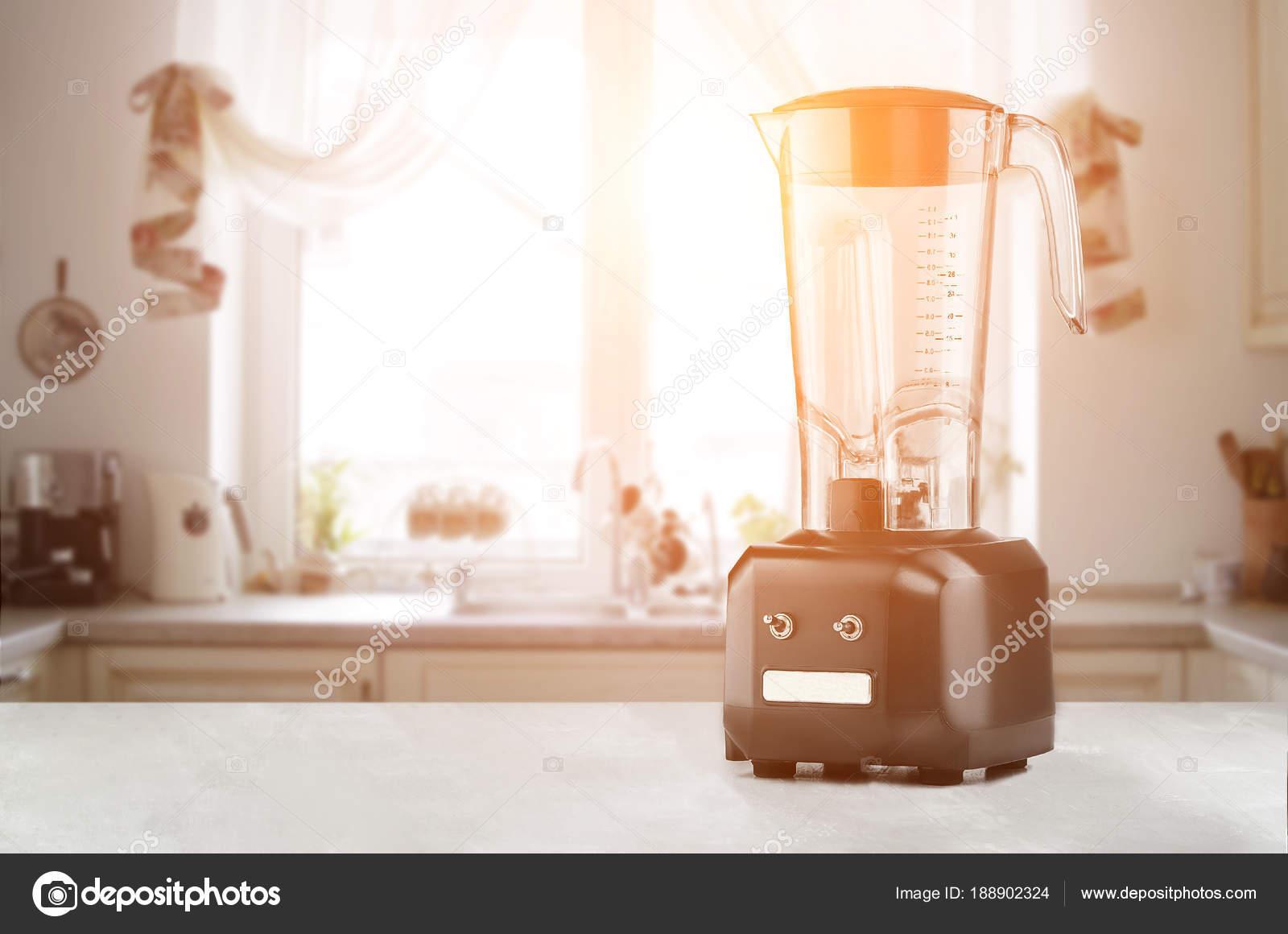 Blender e tavolo in legno in cucina. Chiarore del sole — Foto Stock ...
