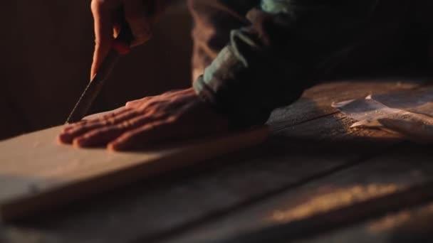 Detail tesaře pracujícího na dřevěný rám okna se souborem ve své dílně