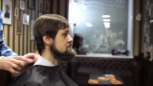 Lange Haare Friseur Tut Einen Haarschnitt Jungen Bärtigen Mann Im
