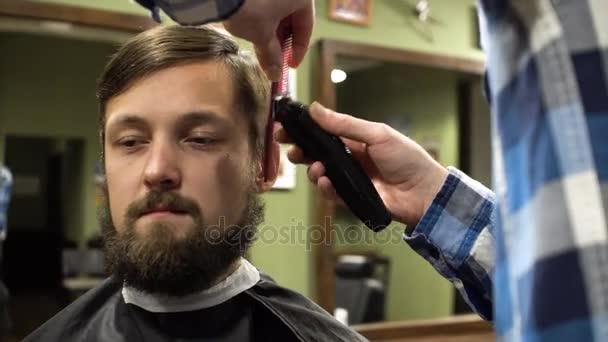 Holič tvorby sestřih atraktivních vousatý muž v holičství