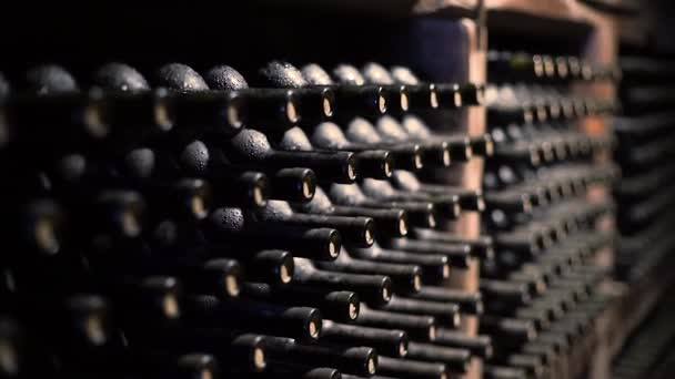 Weinflaschen in einem Keller mit geringer Schärfentiefe gestapelt