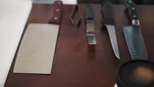 panoramatický pohled z ruky je volba, že jeden z kuchařů nože na stůl kinchen