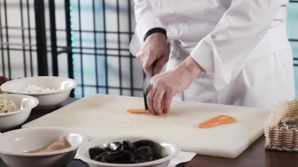 Prosefional Koch Hände schneidet Karotten auf seiner eigenen modernen Küche in Zeitlupe 60fps