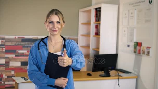 mladí 20s ženské sestry v modrém je palec nahoru a mrkl na ordinaci