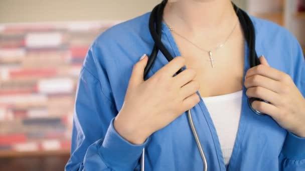 Portré fiatal sztetoszkóp, a nyak és a kék egyenruhát. 4k