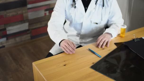 Gros plan de serrer la main du médecin et le patient au bureau de la