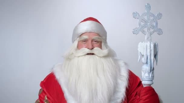 Alt russisch weihnachtsmann ist lächelnd und zeigt daumen nach oben
