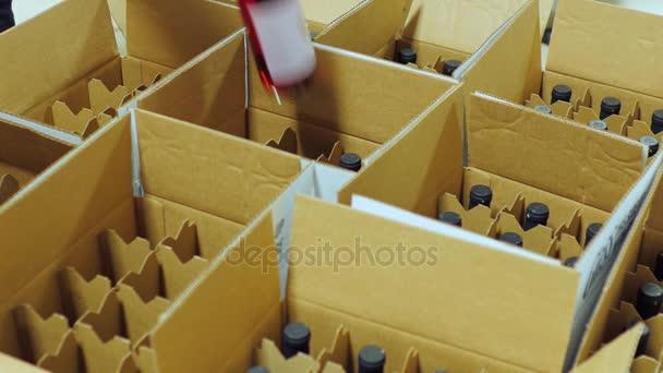 Lahví vína jsou umístěny do lepenkových krabic. Pohled shora