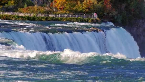 Slavné Niagarské vodopády. V dálce je vidět ochozu pro turisty