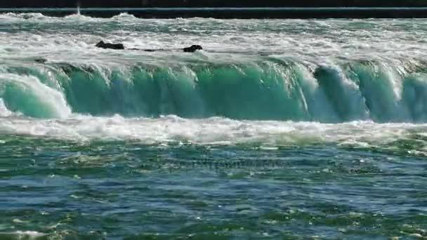 Proudy vody mighty Niagarské vodopády