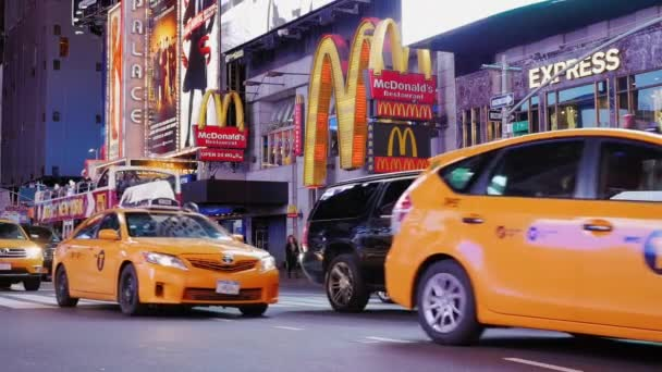 New York City, USA - OKTOBER, 2016: Night Times Square. Heavy traffic famous yellow cabs, cars and crowds of tourists