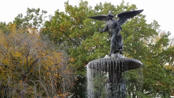 New York, Usa - Okt, 2016: Socha anděla s křídly na fontáně v Central parku v New York City
