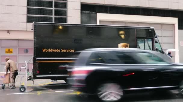 New York, Usa - Okt, 2016: Poštovní vůz Ups doručuje balíky. Zaměstnance uvolní krabice od auta