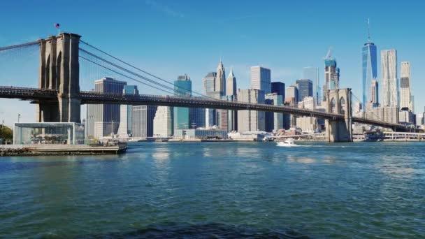 Manhattan a Brooklyn Bridge. Doprava podél řeky za jasného dne ráno