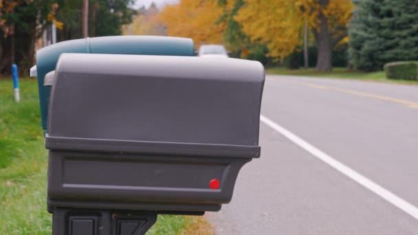 Das Postfach in der Nähe der Straße. Typische Landschaft in den USA