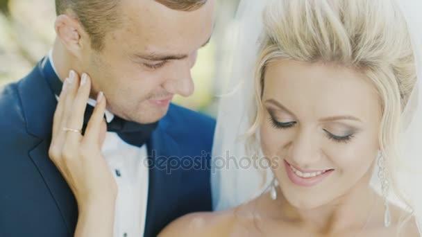 Coppie romantiche - caucasica sposa e lo sposo. Delicatamente abbraccio