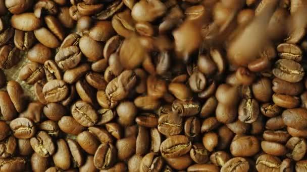 Zrn Robusta spadnout na zrn kávy Arabica. Míchání různých odrůd pro lepší chuť