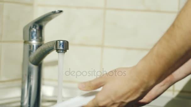 Männliche Hand beim Abwasch in der Küche. Hausaufgaben