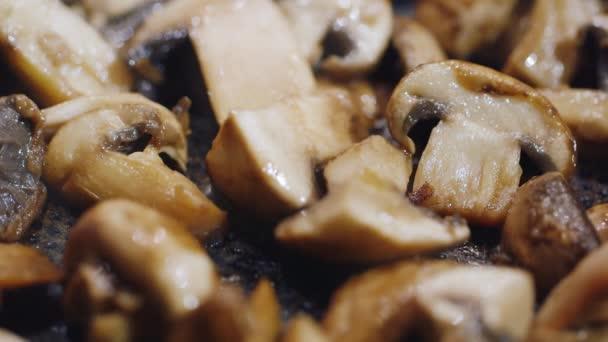 Šťavnaté kousky smažené CEP připravené na pánvi. Smažené v rostlinném oleji