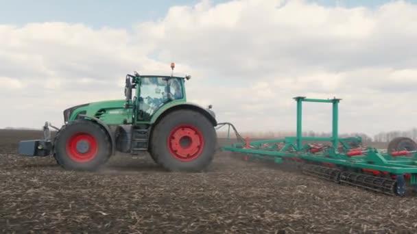 Spektrum zemědělství - traktor, běh v terénu na jaře 3osy stabilizované videu