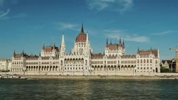 Mozgás Timelapse: Az épület a Parlament, Budapest, Magyarország. Hyperlapse egy világos napsütéses napon