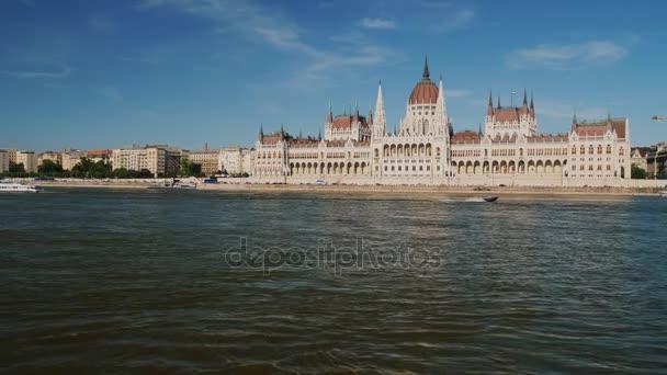 Az előtérben Duna Budapesten, a magyar Parlament épületét