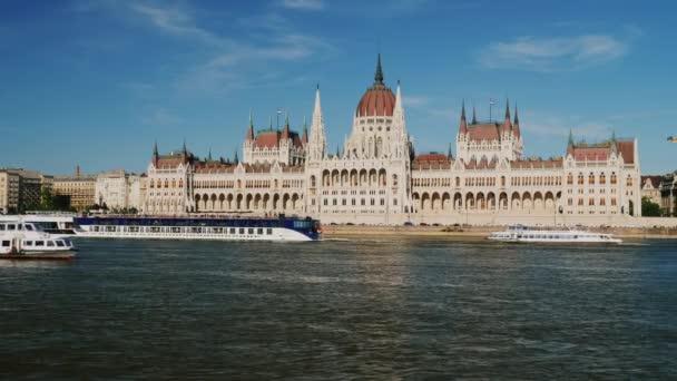 Forgalom, a hajó a Dunán a magyar Parlament épülete a háttérben