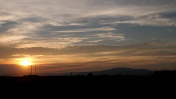 Krásná obloha při západu slunce a venkovské krajiny - výhled z okna rychlé cestování autem nebo autobusem