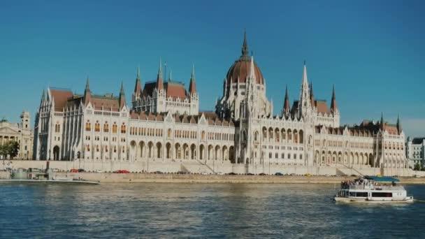 A turisztikai hajó vitorlák, a Dunán, a háttérben a magyar Parlament épülete Budapesten